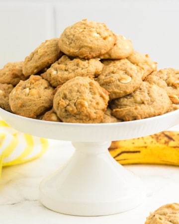 banana pudding cookies arranged on a cake platter